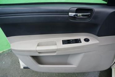 2006 Chrysler 300 - Image 9