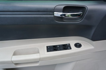 2006 Chrysler 300 - Image 10