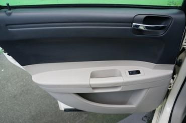 2006 Chrysler 300 - Image 16