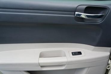 2006 Chrysler 300 - Image 17